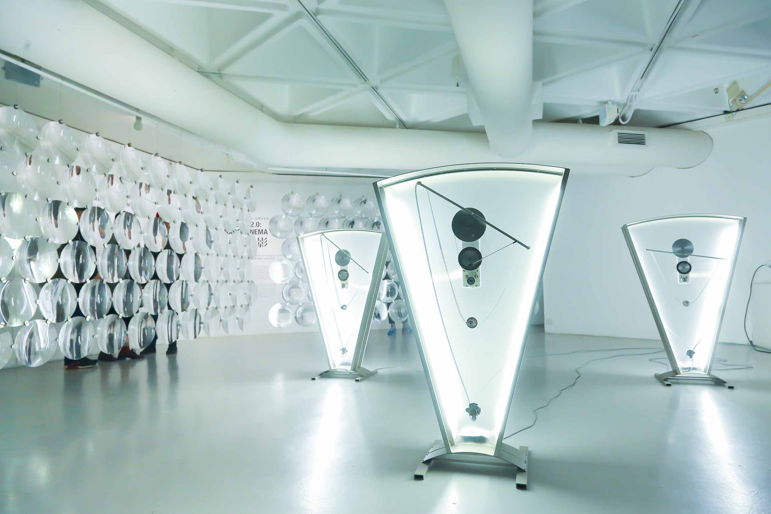 <i>《Color Clocks: Verticals Lean Occasionally Consistently Away from Viewpoints》</i> Rosa Barba