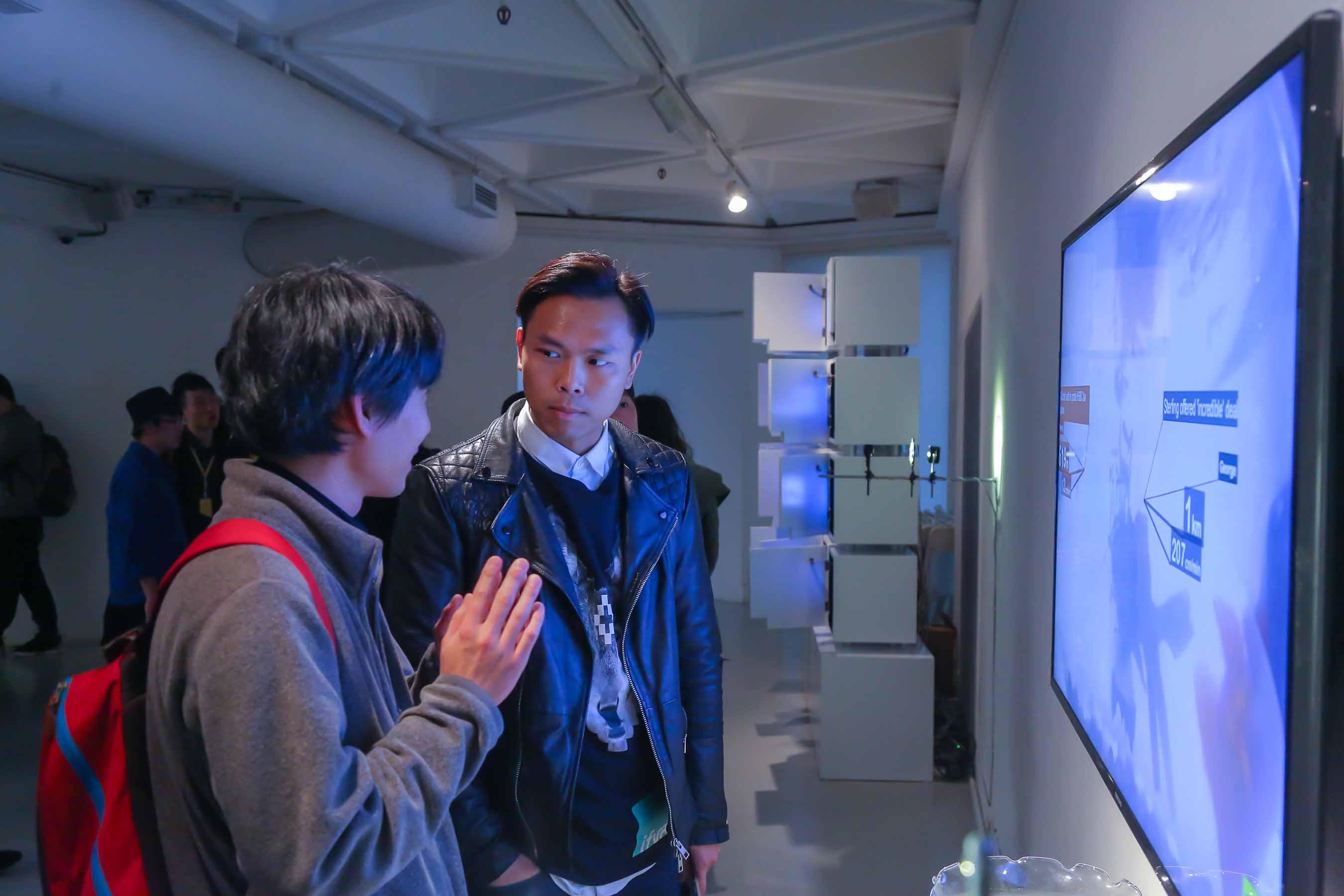 入圍藝術家長谷部勇人 (日本)與葉韋瀚 (香港)欣賞其中之一入圍作品<i>《監控》</i>