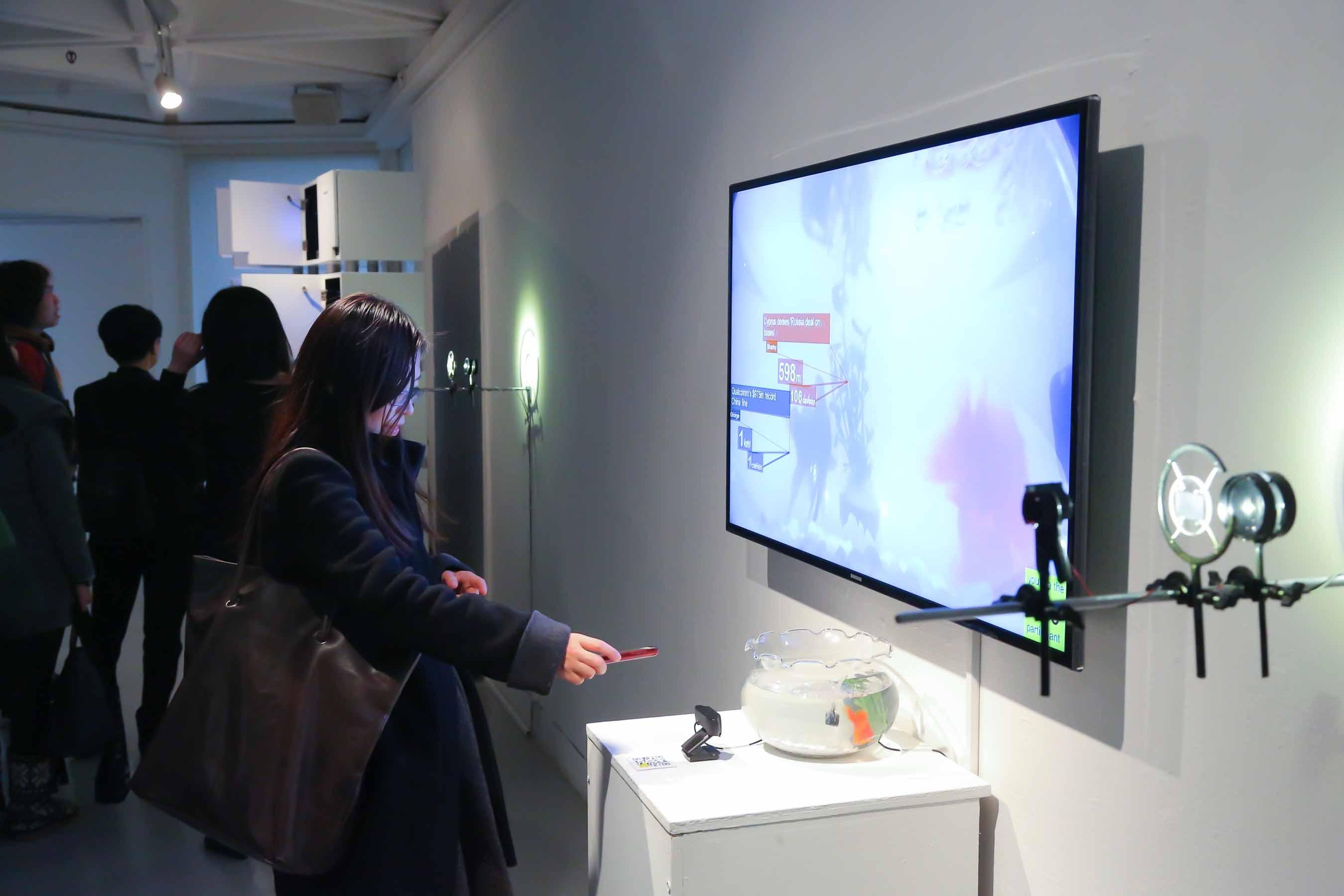 參觀者可透過掃描QR圖碼,參與到金魚缸中的聊天室