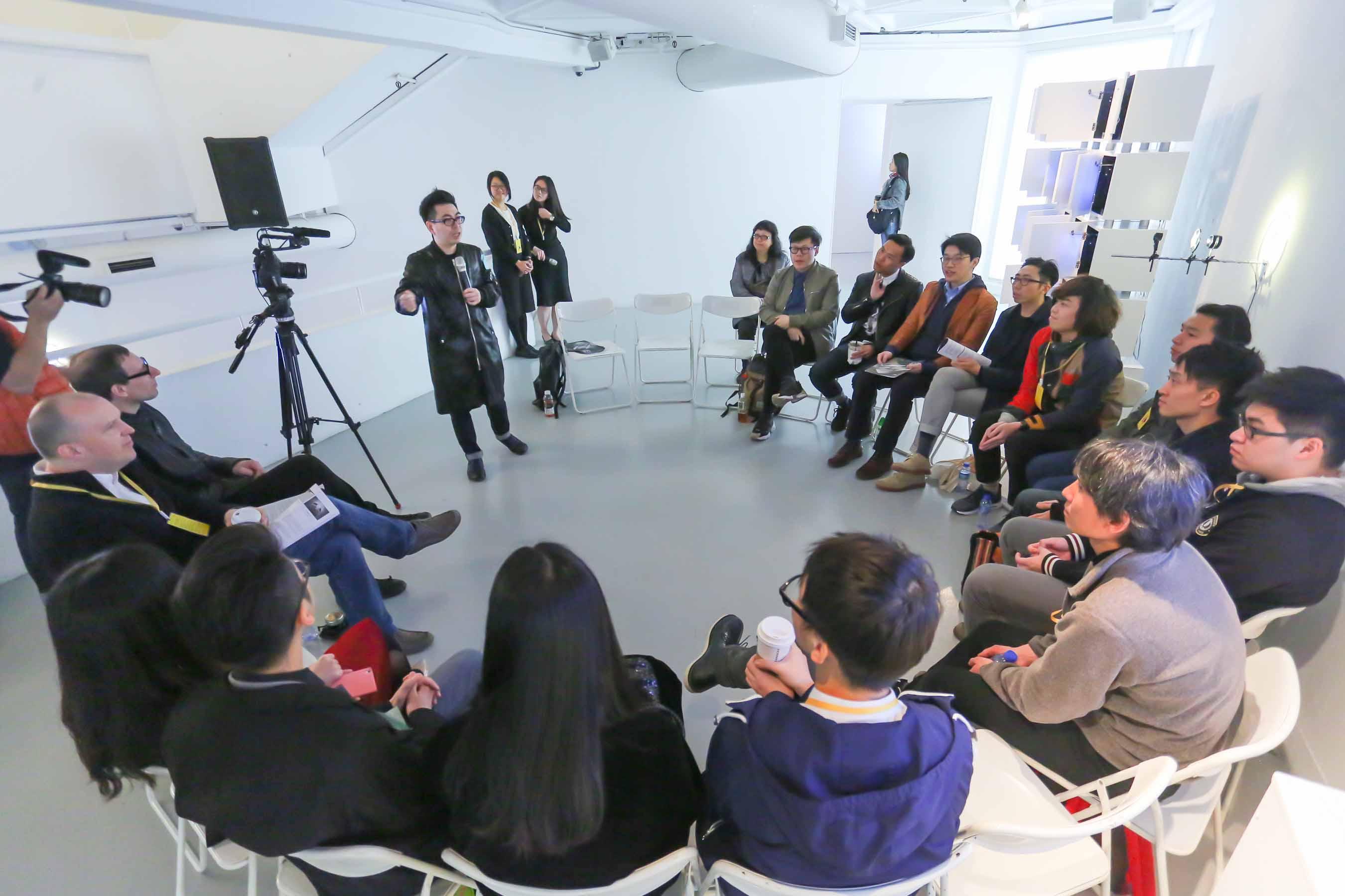 藝術家討論會主持人葉旭耀,以特別的規則開始會議:每位藝術家需選擇其中一件入圍作品,給予個人意見及評論